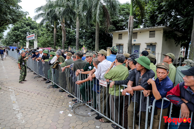 Thương binh xếp hàng dài chờ đăng ký mua vé trận Việt Nam - UAE - Ảnh 4.