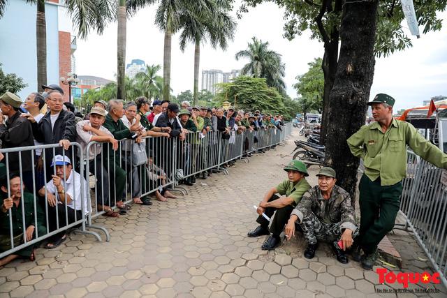 Thương binh xếp hàng dài chờ đăng ký mua vé trận Việt Nam - UAE - Ảnh 5.