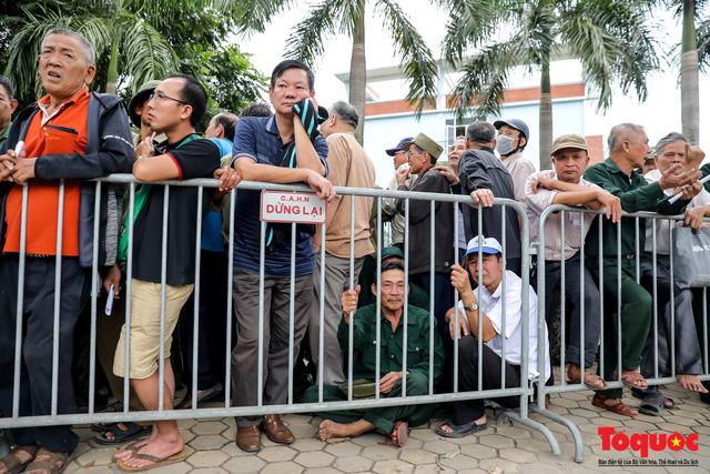 Thương binh xếp hàng dài chờ đăng ký mua vé trận Việt Nam - UAE - Ảnh 6.