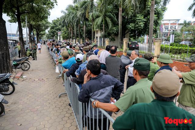 Thương binh xếp hàng dài chờ đăng ký mua vé trận Việt Nam - UAE - Ảnh 8.
