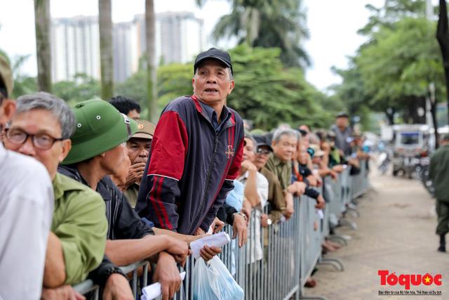 Thương binh xếp hàng dài chờ đăng ký mua vé trận Việt Nam - UAE - Ảnh 9.