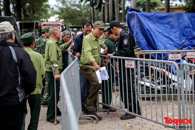 Thương binh xếp hàng dài chờ đăng ký mua vé trận Việt Nam - UAE - Ảnh 10.
