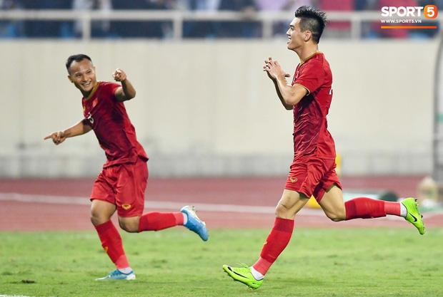 Chàng trai sáng nhất đêm nay của tuyển Việt Nam - Nguyễn Tiến Linh: Khiến đội bạn nhận thẻ đỏ, rồi ghi siêu phẩm đỉnh cao - Ảnh 10.
