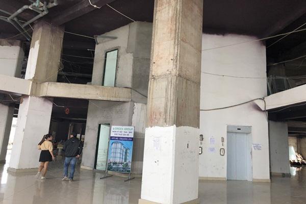 TP.HCM: Chung cư xây 10 năm nham nhở, dân vẫn liều mình vào ở - Ảnh 3.