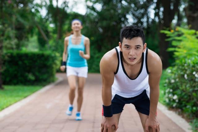 Chạy bộ nhiều giúp sống lâu, nhưng có 2 trường hợp chạy bộ càng nhiều là đang tự giết mình  - Ảnh 3.