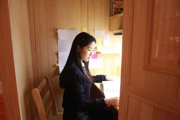 """Đột nhập phòng học """"biệt giam trắng"""" khiến con phát điên của giới nhà giàu Hàn Quốc: Không được ra ngoài đi vệ sinh, camera 24/24 giám sát - Ảnh 5."""