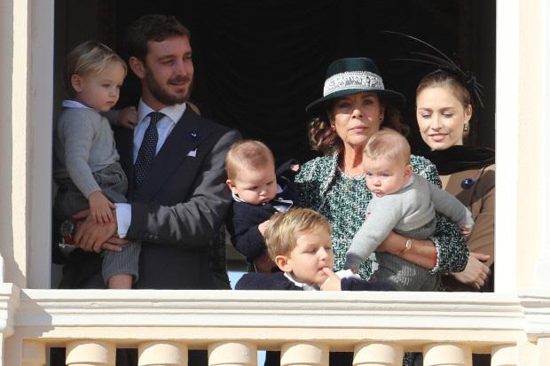 Nàng dâu hoàng gia gốc Việt lần đầu xuất hiện cùng gia đình nhà chồng Monaco: Ăn mặc gợi cảm nhưng có phần lạc lõng - Ảnh 2.