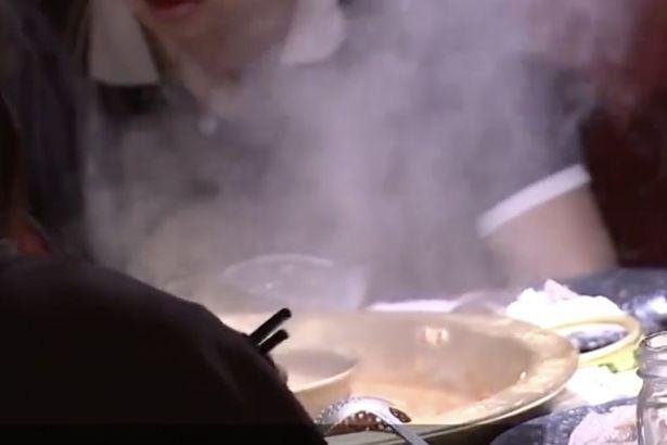 Bác sĩ phát hiện 700 con sán dây làm tổ, gây tổn thương trong não, ngực và phổi, người đàn ông thú nhận do đã ăn món thịt này trước đó - Ảnh 3.