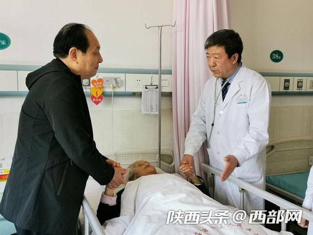 Cha ruột qua đời trước mắt, vị bác sĩ nén đau thương tiến hành ca phẫu thuật nguy hiểm: Bệnh nhân cần tôi hơn - Ảnh 1.