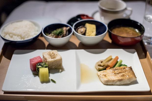 Chuyên trang du lịch công bố 10 hãng hàng không có đồ ăn cao cấp và ngon nhất thế giới, top 2 đều nằm ở châu Á - Ảnh 23.