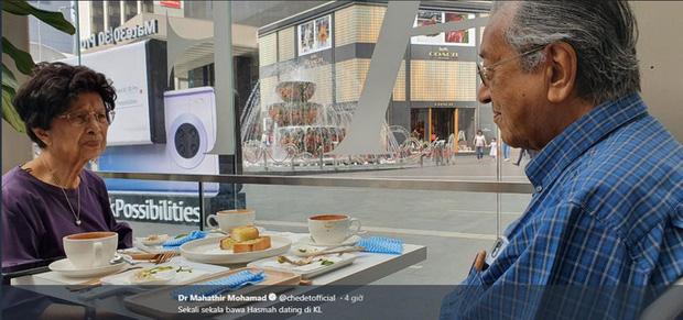 Thủ tướng 94 tuổi của Malaysia lái xe chở vợ đi hẹn hò cuối tuần - Ảnh 2.