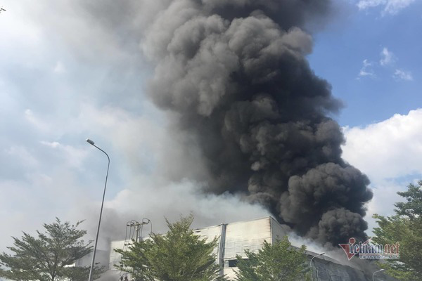 Cháy lớn ở Bình Dương, cột khói đen bốc cao hàng trăm mét - Ảnh 2.