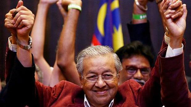Thủ tướng 94 tuổi của Malaysia lái xe chở vợ đi hẹn hò cuối tuần - Ảnh 3.
