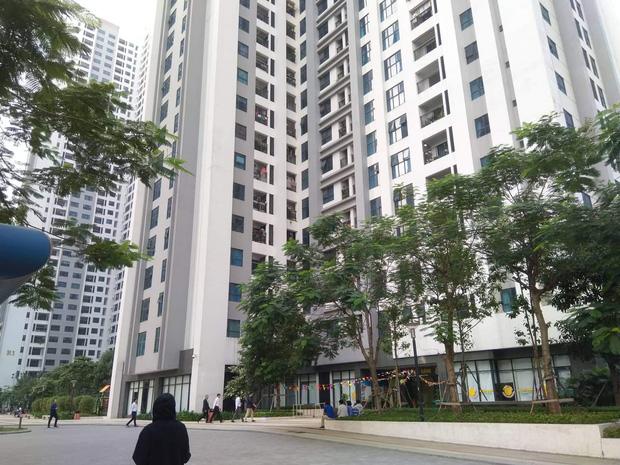 Nhân chứng vụ bé gái 11 tuổi rơi từ tầng 39 chung cư xuống đất tử vong: Người bố đau đớn, ngồi thất thần trước thi thể con - Ảnh 2.
