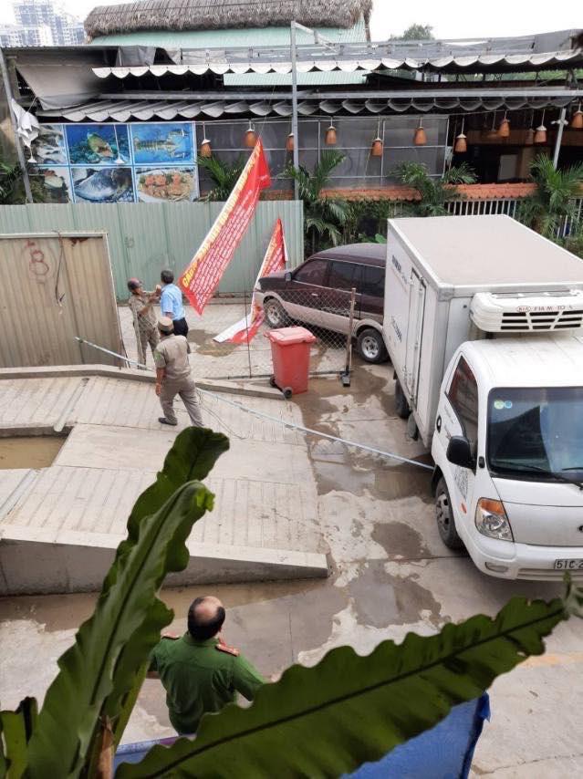 TPHCM: Dự án đang thi công bị xe đậu chắn lối vào - Ảnh 1.