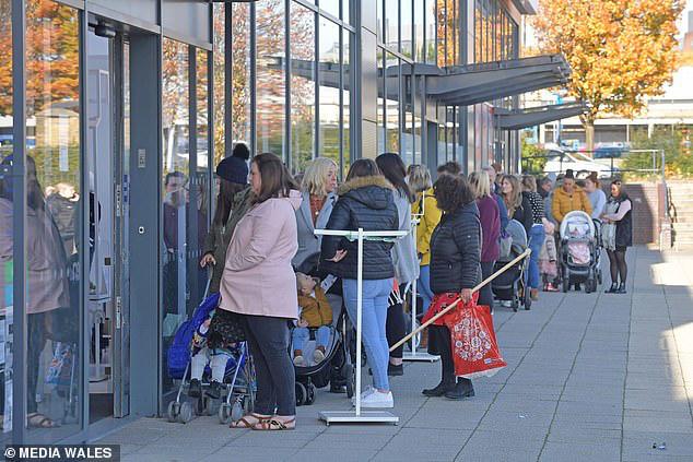 Mothercare đóng cửa toàn bộ các cửa hàng ở Anh, hàng nghìn người xếp hàng dài để săn đồ giảm giá - Ảnh 3.