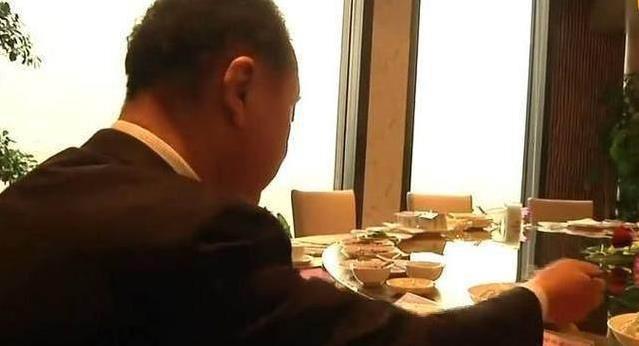 Trái ngược với đứa con phá gia chi tử, bố của Vương Tư Thông chỉ cần ăn bánh bao cũng đủ bữa - Ảnh 2.