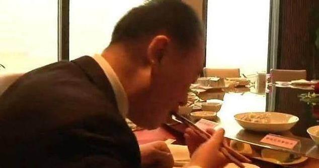Trái ngược với đứa con phá gia chi tử, bố của Vương Tư Thông chỉ cần ăn bánh bao cũng đủ bữa - Ảnh 4.