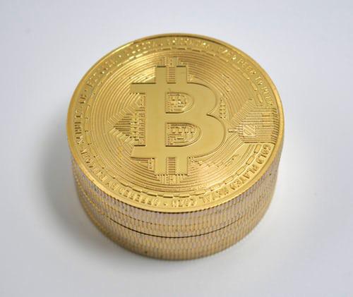 Thị trường tiền ảo 'rực cháy', Bitcoin lại lao dốc - Ảnh 1.
