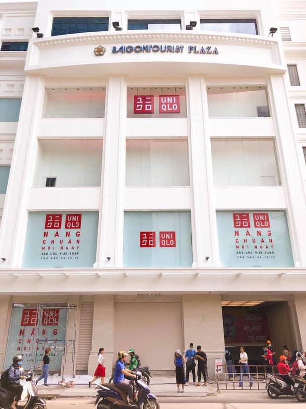 HOT: Store Uniqlo Việt Nam chính thức tháo bỏ phông bạt, hé lộ không gian ấn tượng bên trong do KTS Võ Trọng Nghĩa thiết kế - Ảnh 1.
