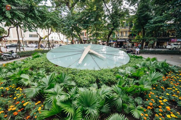 Ở Hà Nội nhiều năm, nhưng chưa chắc bạn nhận ra đây là một chiếc đồng hồ Thụy Sỹ khổng lồ giá 20.000 USD được đặt bên hồ Gươm - Ảnh 1.