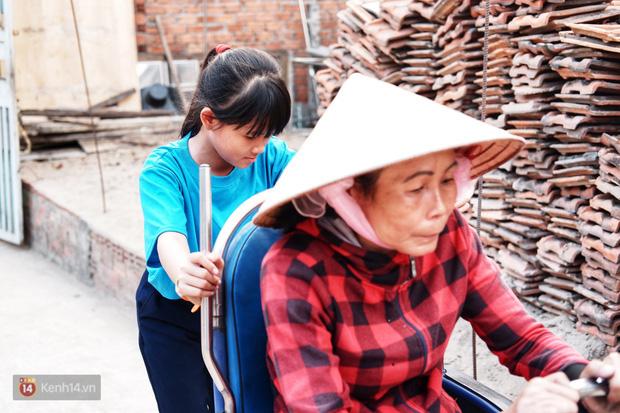 """Cô bé 12 tuổi sáng đi học, tối đẩy xe lăn cùng mẹ bán vé số ở Sài Gòn: Con ước được nghỉ bán 1 ngày để ngồi ăn cơm với ba mẹ - Ảnh 1.  Cô bé 12 tuổi sáng đi học, tối đẩy xe lăn cùng mẹ bán vé số ở Sài Gòn: """"Con ước được nghỉ bán 1 ngày để ngồi ăn cơm với ba mẹ"""" photo 1 1573263180315408669687"""
