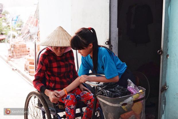 """Cô bé 12 tuổi sáng đi học, tối đẩy xe lăn cùng mẹ bán vé số ở Sài Gòn: Con ước được nghỉ bán 1 ngày để ngồi ăn cơm với ba mẹ - Ảnh 2.  Cô bé 12 tuổi sáng đi học, tối đẩy xe lăn cùng mẹ bán vé số ở Sài Gòn: """"Con ước được nghỉ bán 1 ngày để ngồi ăn cơm với ba mẹ"""" photo 1 15732631884921391370787"""