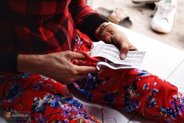 """Cô bé 12 tuổi sáng đi học, tối đẩy xe lăn cùng mẹ bán vé số ở Sài Gòn: Con ước được nghỉ bán 1 ngày để ngồi ăn cơm với ba mẹ - Ảnh 3.  Cô bé 12 tuổi sáng đi học, tối đẩy xe lăn cùng mẹ bán vé số ở Sài Gòn: """"Con ước được nghỉ bán 1 ngày để ngồi ăn cơm với ba mẹ"""" photo 2 1573263188494366596404"""
