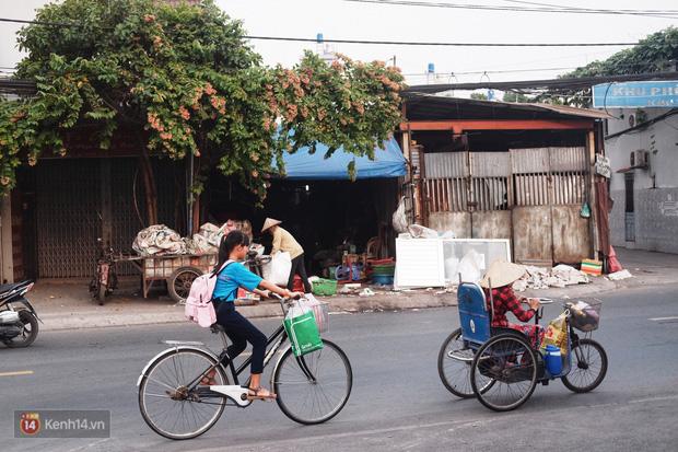 """Cô bé 12 tuổi sáng đi học, tối đẩy xe lăn cùng mẹ bán vé số ở Sài Gòn: Con ước được nghỉ bán 1 ngày để ngồi ăn cơm với ba mẹ - Ảnh 4.  Cô bé 12 tuổi sáng đi học, tối đẩy xe lăn cùng mẹ bán vé số ở Sài Gòn: """"Con ước được nghỉ bán 1 ngày để ngồi ăn cơm với ba mẹ"""" photo 3 15732631884961122799275"""