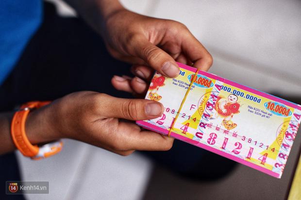 """Cô bé 12 tuổi sáng đi học, tối đẩy xe lăn cùng mẹ bán vé số ở Sài Gòn: Con ước được nghỉ bán 1 ngày để ngồi ăn cơm với ba mẹ - Ảnh 6.  Cô bé 12 tuổi sáng đi học, tối đẩy xe lăn cùng mẹ bán vé số ở Sài Gòn: """"Con ước được nghỉ bán 1 ngày để ngồi ăn cơm với ba mẹ"""" photo 5 157326318849971330808"""