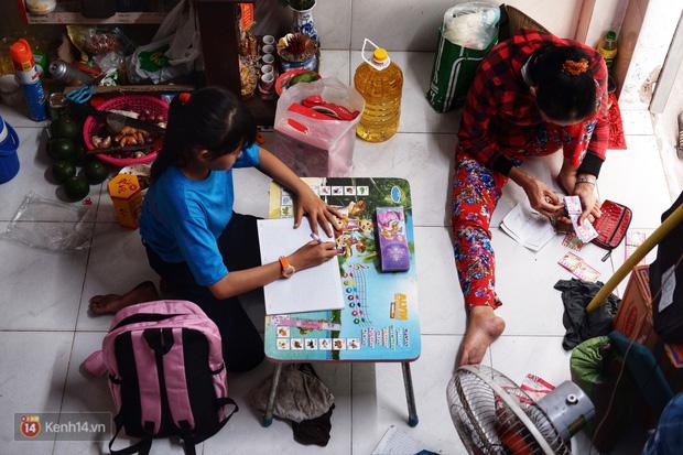 """Cô bé 12 tuổi sáng đi học, tối đẩy xe lăn cùng mẹ bán vé số ở Sài Gòn: Con ước được nghỉ bán 1 ngày để ngồi ăn cơm với ba mẹ - Ảnh 7.  Cô bé 12 tuổi sáng đi học, tối đẩy xe lăn cùng mẹ bán vé số ở Sài Gòn: """"Con ước được nghỉ bán 1 ngày để ngồi ăn cơm với ba mẹ"""" photo 6 15732631885031168578720"""
