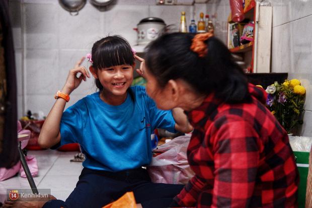 """Cô bé 12 tuổi sáng đi học, tối đẩy xe lăn cùng mẹ bán vé số ở Sài Gòn: Con ước được nghỉ bán 1 ngày để ngồi ăn cơm với ba mẹ - Ảnh 8.  Cô bé 12 tuổi sáng đi học, tối đẩy xe lăn cùng mẹ bán vé số ở Sài Gòn: """"Con ước được nghỉ bán 1 ngày để ngồi ăn cơm với ba mẹ"""" photo 7 15732631885052027994553"""