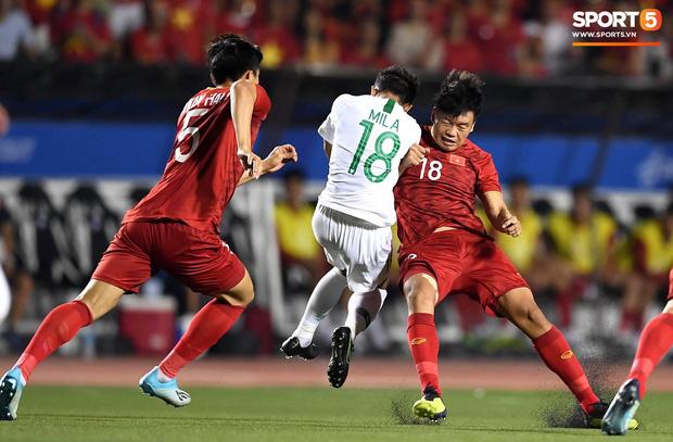 Cận cảnh tình huống Bùi Tiến Dũng mắc sai lầm, tặng free U22 Indonesia một bàn thắng ở SEA Games 30 - Ảnh 1.