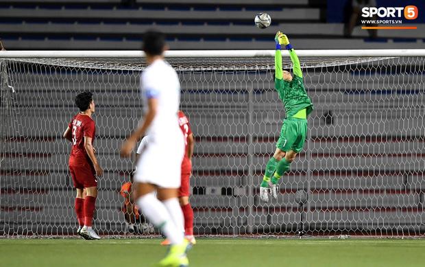 Cận cảnh tình huống Bùi Tiến Dũng mắc sai lầm, tặng free U22 Indonesia một bàn thắng ở SEA Games 30 - Ảnh 2.