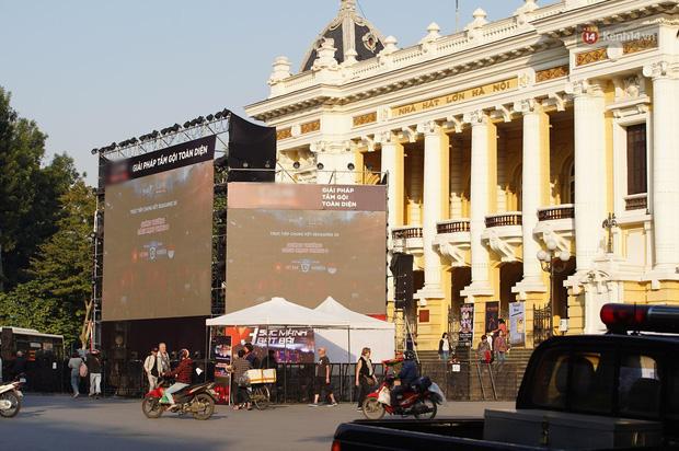 Hà Nội: Nhiều màn hình LED siêu to khổng lồ được dựng lên, sẵn sàng đón chờ màn tranh đấu kịch tính giữa Việt Nam và Indonesia - Ảnh 1.