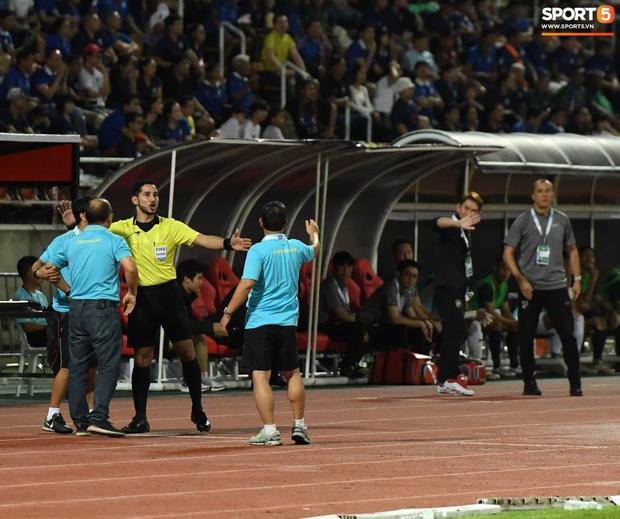 Góc lý giải: Luật nào khiến ông Park Hang-seo trở thành HLV đầu tiên của bóng đá Việt Nam phải nhận thẻ đỏ? - Ảnh 3.