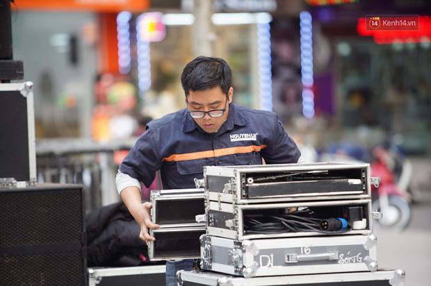 Hà Nội: Nhiều màn hình LED siêu to khổng lồ được dựng lên, sẵn sàng đón chờ màn tranh đấu kịch tính giữa Việt Nam và Indonesia - Ảnh 6.