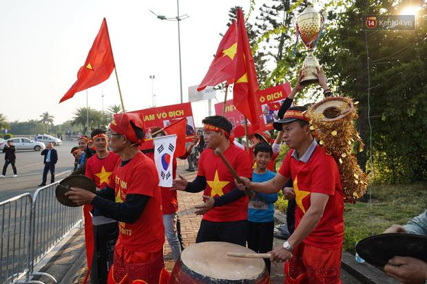 CĐV đổ dồn đi đón đoàn thể thao Việt Nam tham sự SEA Games trở về, đường vào sân bay Nội Bài ùn tắc - Ảnh 1.