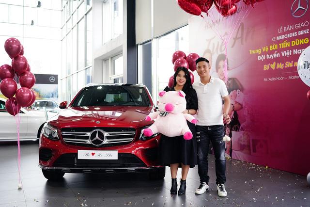 Dàn sao bóng đá nam Việt Nam đua nhau mua ô tô bạc tỷ tặng người thân - Ảnh 1.