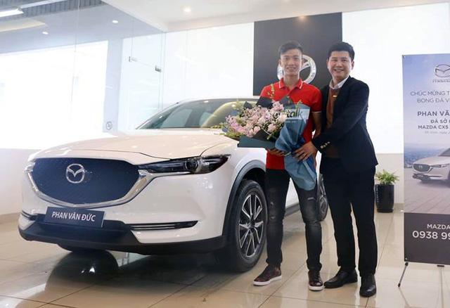 Dàn sao bóng đá nam Việt Nam đua nhau mua ô tô bạc tỷ tặng người thân - Ảnh 5.