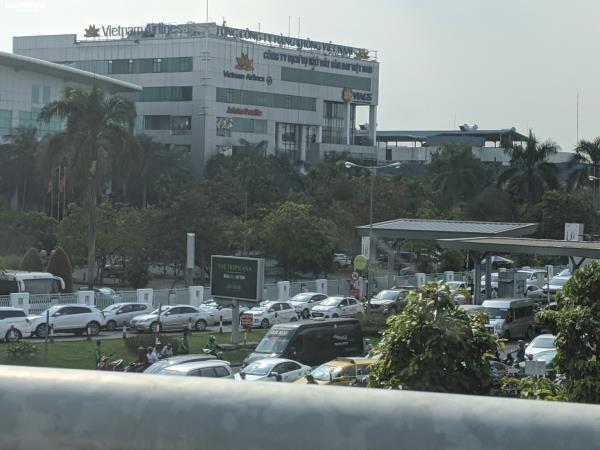 Cửa ngõ Tân Sơn Nhất ùn tắc vì giải đua xe đạp, nhiều người trễ chuyến bay - Ảnh 1.
