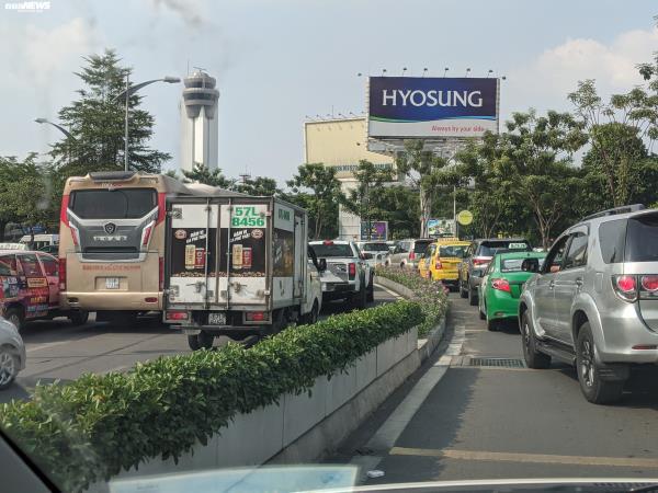 Cửa ngõ Tân Sơn Nhất ùn tắc vì giải đua xe đạp, nhiều người trễ chuyến bay - Ảnh 2.