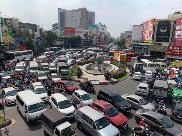 Cửa ngõ Tân Sơn Nhất ùn tắc vì giải đua xe đạp, nhiều người trễ chuyến bay - Ảnh 3.