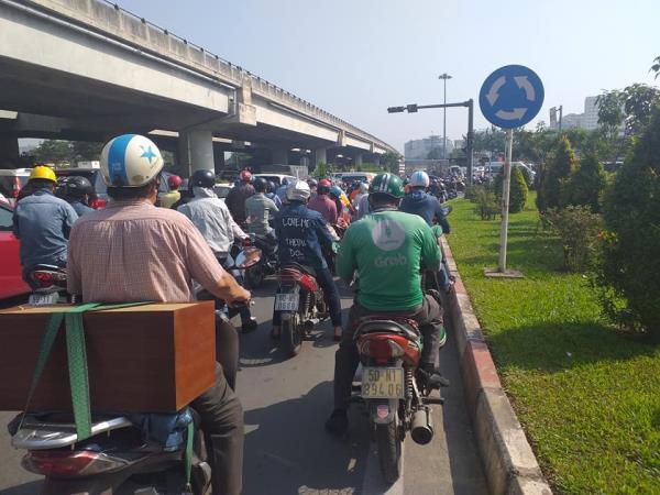 Cửa ngõ Tân Sơn Nhất ùn tắc vì giải đua xe đạp, nhiều người trễ chuyến bay - Ảnh 5.