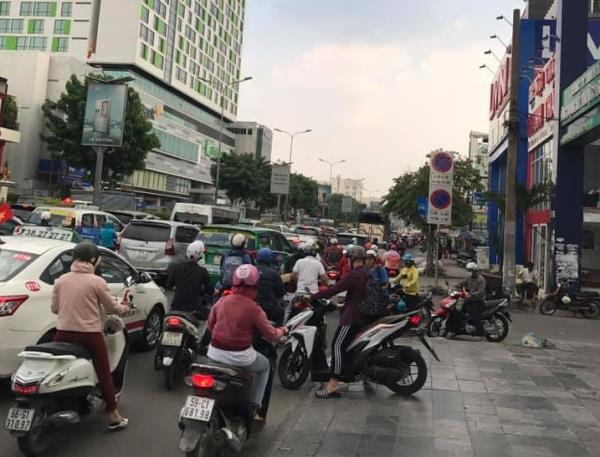 Cửa ngõ Tân Sơn Nhất ùn tắc vì giải đua xe đạp, nhiều người trễ chuyến bay - Ảnh 6.
