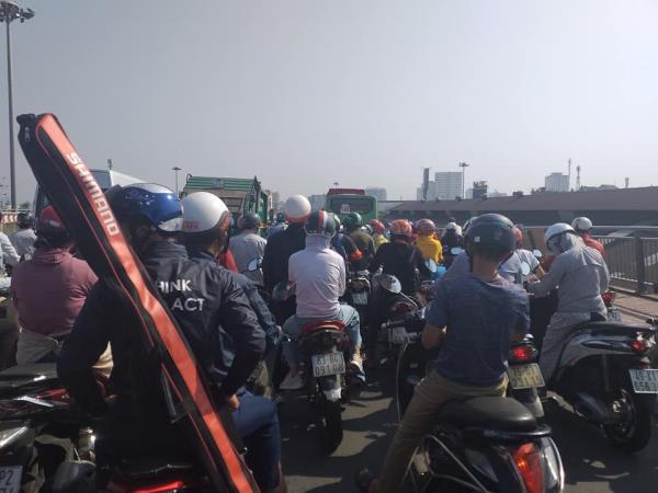 Cửa ngõ Tân Sơn Nhất ùn tắc vì giải đua xe đạp, nhiều người trễ chuyến bay - Ảnh 8.