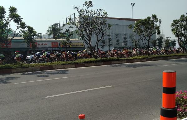 Cửa ngõ Tân Sơn Nhất ùn tắc vì giải đua xe đạp, nhiều người trễ chuyến bay - Ảnh 9.