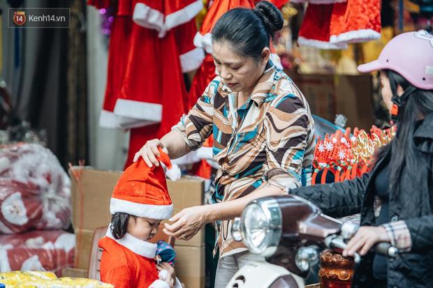 Tuần lộc vàng đính kim sa 3 triệu đồng vẫn hút khách, Hàng Mã trang hoàng trước thềm Giáng Sinh - Ảnh 11.