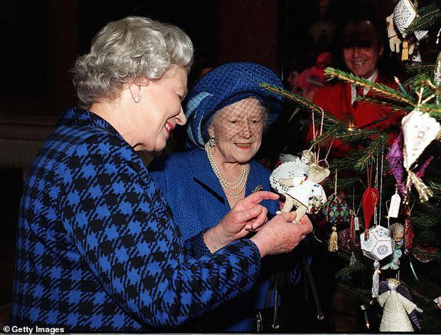 Loạt ảnh hiếm về những khoảnh khắc đón Giáng sinh vui vẻ trong quá khứ của Hoàng gia Anh suốt nhiều thập kỷ khiến dân mạng bồi hồi - Ảnh 15.
