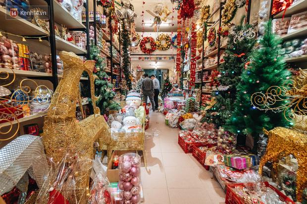 Tuần lộc vàng đính kim sa 3 triệu đồng vẫn hút khách, Hàng Mã trang hoàng trước thềm Giáng Sinh - Ảnh 17.